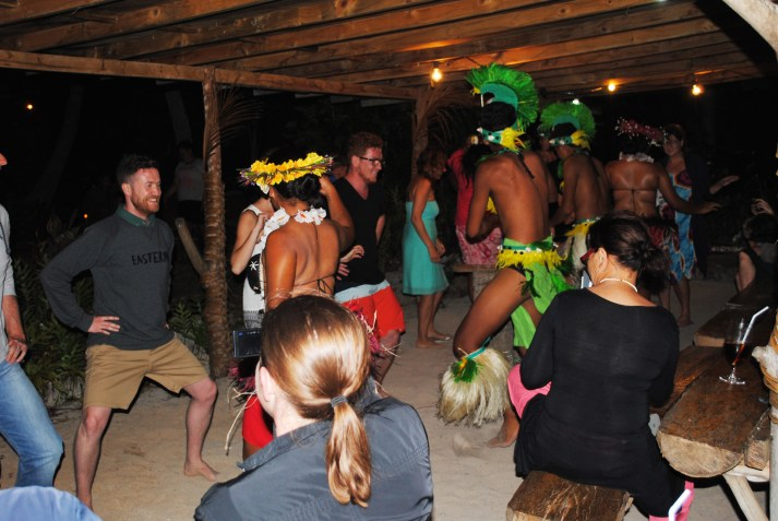 Everyone-dancing-at-Paradise-Cove-&-Coconut-Shack-on-Aitutaki