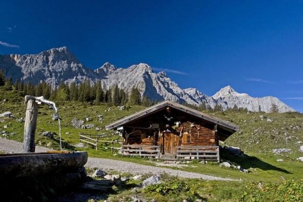 Ladizalm - Idyllisches Almgebäude vor der grossartigen Kulisse des Karwendelgebirges