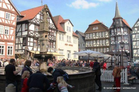 Domstadt begrüßt den Frühling - Dichtes Gedränge rund um den Marktplatz in Fritzlar