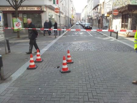 Die genaue Ursache der abgesackten Fahrbahn wird noch ermittelt. (Bild: Polizei Mainz)