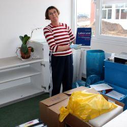 Dr. Kirsten Nöhring beim Saubermachen und Einräumen ihres neuen Büros.