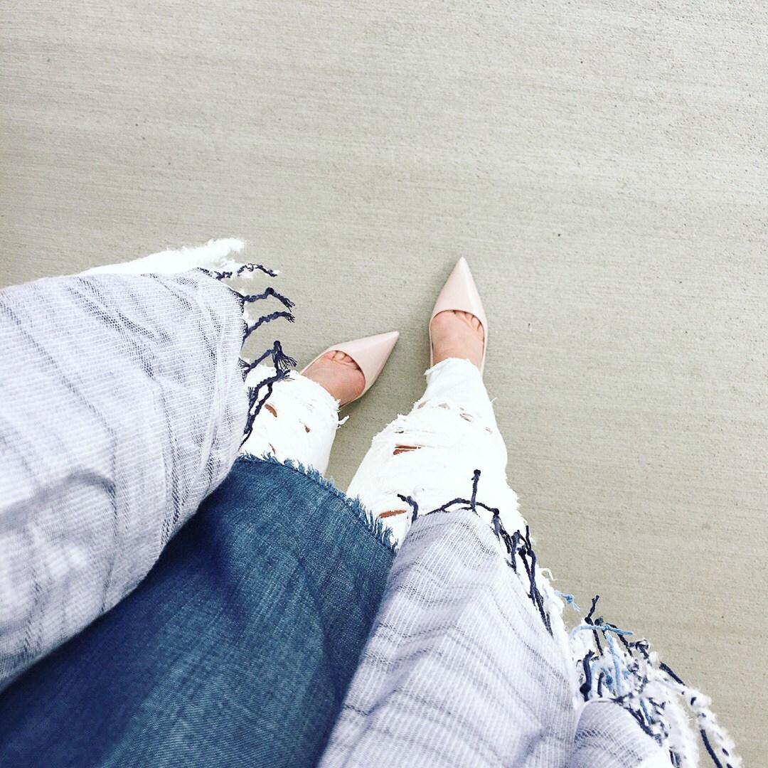 raw-edge-denim-tee-white-skinny-jeans-pink-pumps