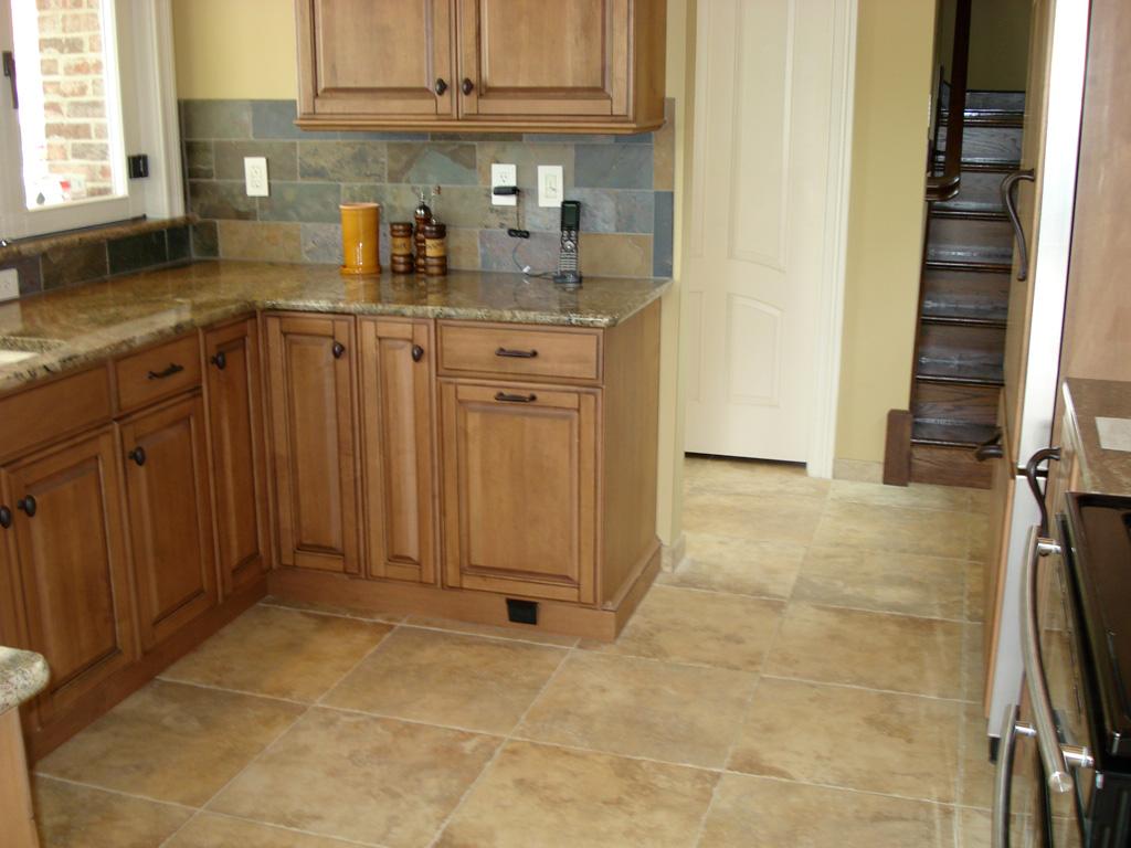 Kitchens5L Porcelain Kitchen St Louis Tile Floor with Slate Backsplash and Natural Maple Kitchen Cabinets