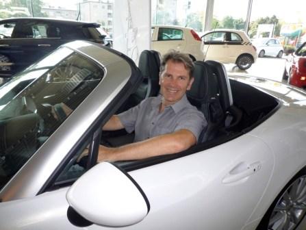 Ing. Christian Mayerhofer ist vom neuen Fiat 124 Spider restlos begeistert und freut sich schon auf die erste Ausfahrt.