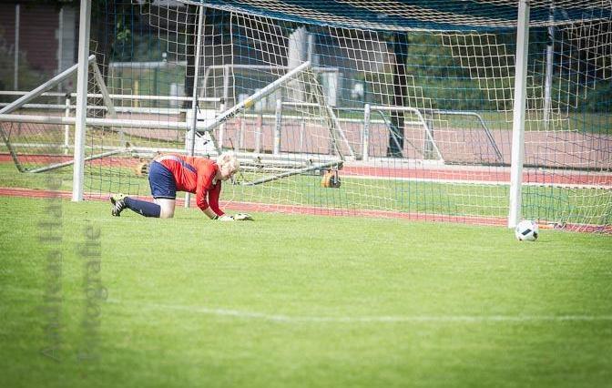 Die Torhüterin  von Teutonia Riesenbeck kann diese Chance des VfL so gerade vereiteln. Foto: A. Hasenkamp.
