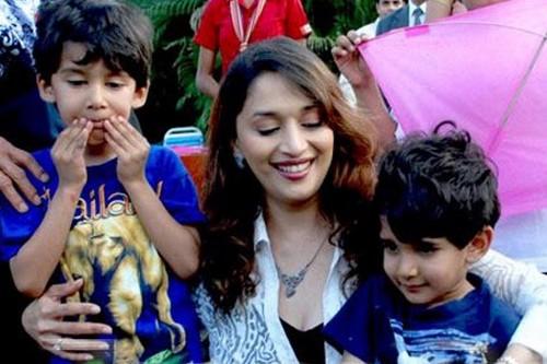 Madhuri dengan anak-anak