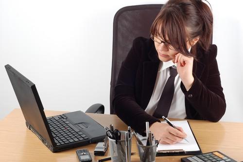 wanita bisnis di meja