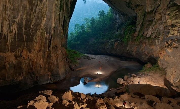 Los exploradores dentro de la cueva por el  rio Rao Thuong