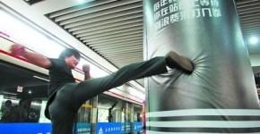 Bolsas-de-Boxeo-Adidas-en-estacin-de-metro_thumb.jpg