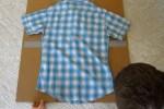 Doblar camisas con tablero hecho de carton