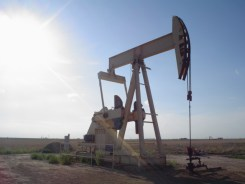 """""""Oil well"""" Flcelloguy at en.wikipedia - Licensed under Creative Commons Attribution-Share Alike 3.0 via Wikimedia Commons -"""