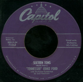 """Tennessee Ernie Ford - Sixteen Tons"" von Discogs - Discogs. Lizenziert unter CC BY-SA 3.0 über Wikipedia -"