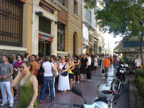 Κόσμος περιμένει για εισιτήριο για συναυλία Madonna 02