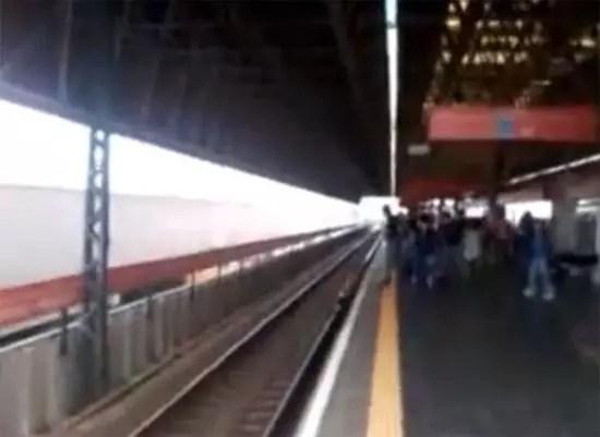 Γυναίκα έπεσε στις ράγες του τρένου για να πιάσει το κινητό της!