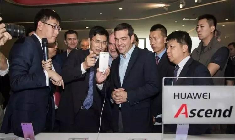 Ο Πρωθυπουργός της Ελλάδας κ. Αλέξης Τσίπρας, ανάμεσα στον  κ. Τang Χiaomin, President of CEE & Nordic Region Huawei Technologies που εξηγεί τις λειτουργίες του smartphone, και του κ. Guo Ping, Rotating CEO Huawei Technologies.
