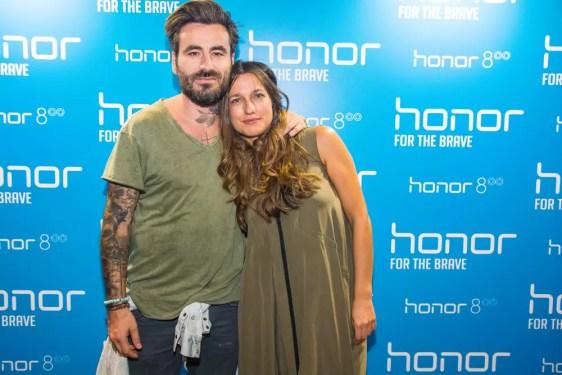 Δεξιόστροφα, ο ήρωας του brand Honor στην Ελλάδα Γιώργος Μαυρίδης και η Νατάσα Καραμπουρνιώτη, Marketing Manager της Huawei