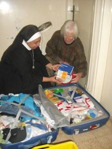 Beim Auspacken der mitgebrachten medizinischen Materialien.