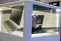 Kotak canggih dengan layar transparan yang memuat laptop terbaru Samsung