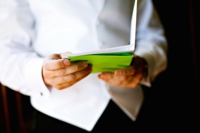 groom_reading_letter_from_bride_on_wedding_day