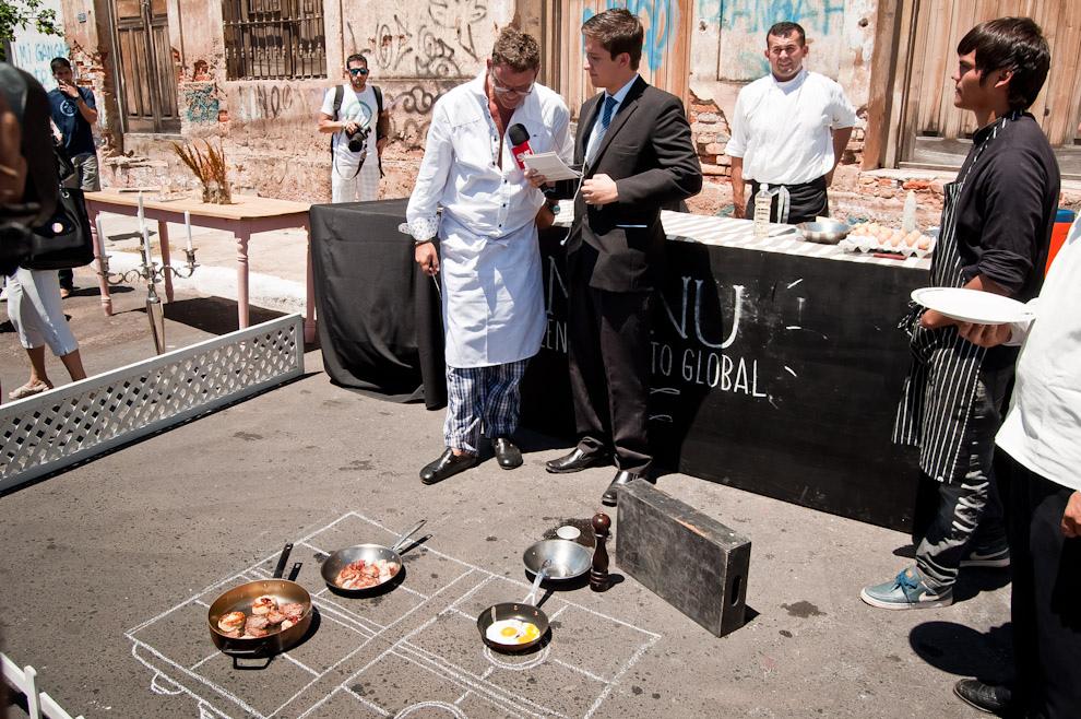 El reconocido chef Rodolfo Angenscheidt dialoga con la prensa televisiva mientras en el suelo se cocinan las carnes, pancetas, huevos y tomates, todos ellos con el calor del asfalto, calor producido por las altas temperaturas registradas en el ambiente asunceno en la temporada más calurosa de febrero del 2014. (Elton Núñez)