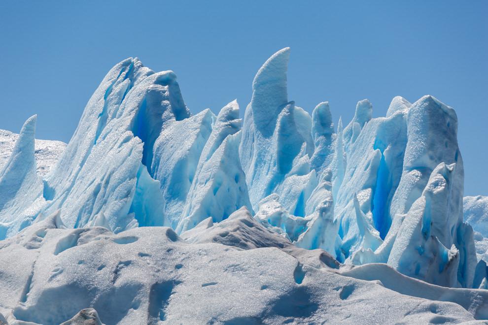 Enormes bloques de hielo que adquieren distintas formas y tonalidades azules pueden verse en el Glaciar Perito Moreno, a unos 90 km. de la ciudad de El Calafate. (Tetsu Espósito).