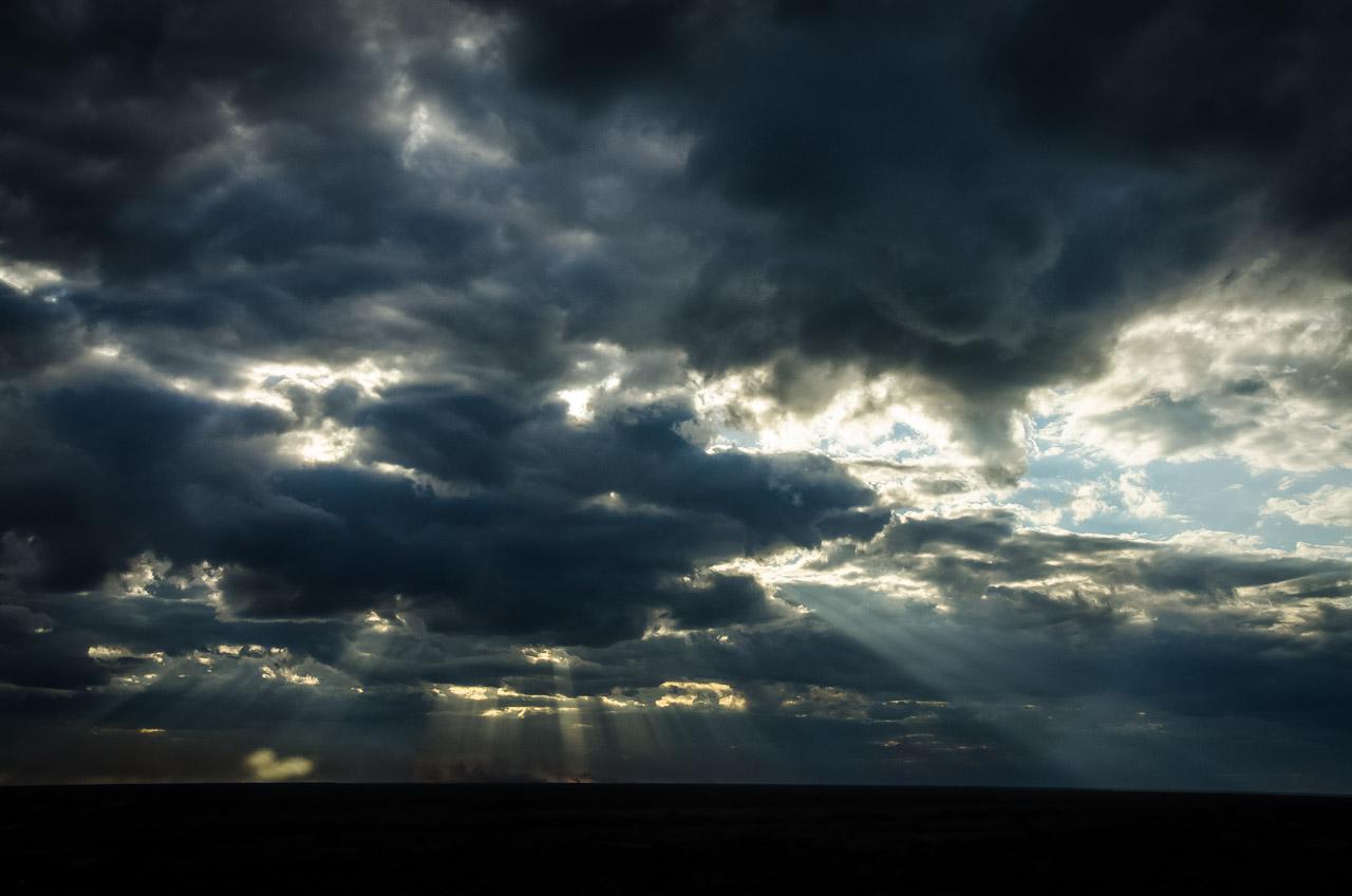 Los rayos del sol se filtran entre las nubes en el cielo chaqueño, visto desde lo más alto del puente Nanawa que une la ciudad de Concepción con el Chaco. (Elton Núñez)