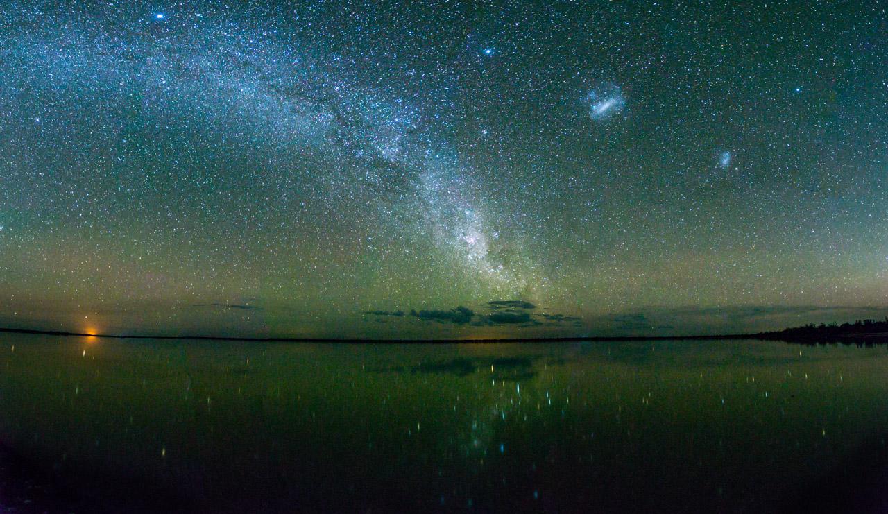 Una foto panorámica donde puede observarse la vía láctea, reflejada en Laguna Chaco Lodge. La ausencia de grandes ciudades hace que el Chaco sea un excelente lugar para observar los cielos estrellados. (Tetsu Espósito)