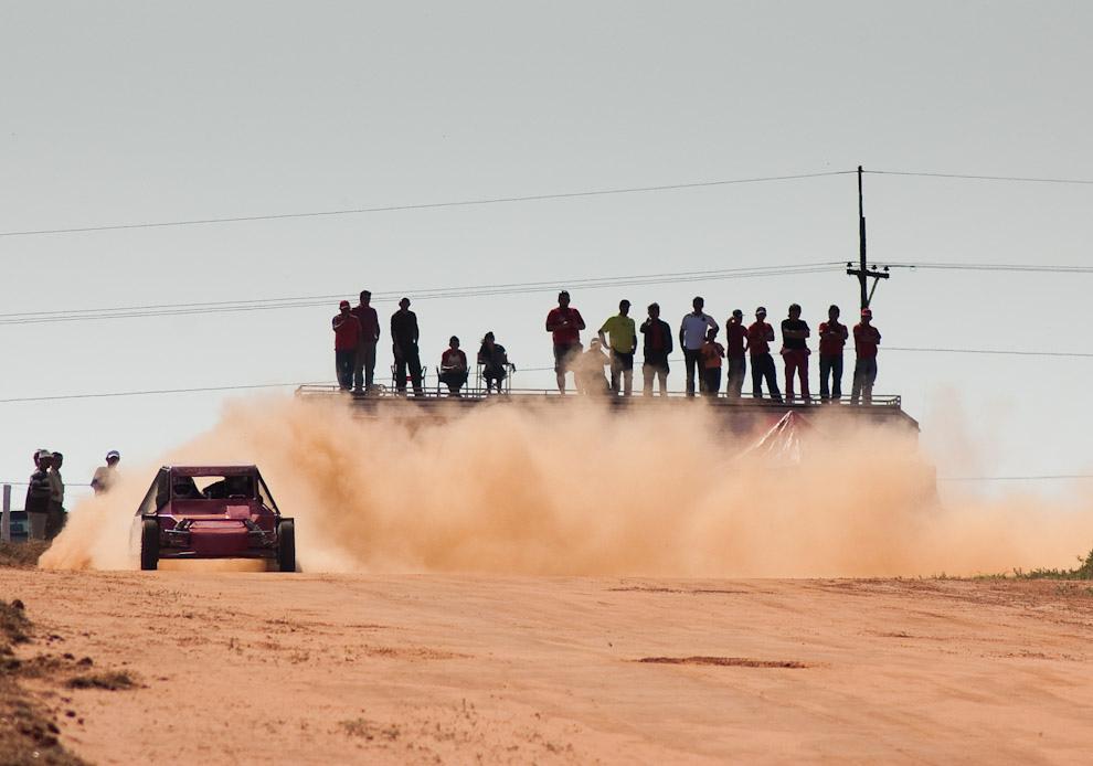 El público sigue atentamente la carrera de Helmut Gorzen que va a bordo de la máquina autocross N° 605 en el Circuito del Club Altoparanaense de Pilotos correspondiente a la 3ra fecha del Campeonato de Superprime. (Elton Núñez - Colonia Yguazú, Paraguay)