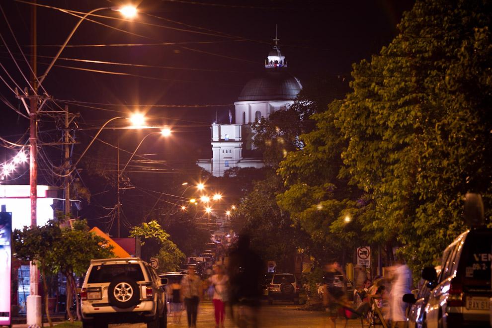 Entrada la noche de la víspera del día de la Virgen de Caacupé, muchos peregrinantes llegan a la Basílica por una de las calles de acceso. (Tetsu Espósito - Caacupé - Paraguay)