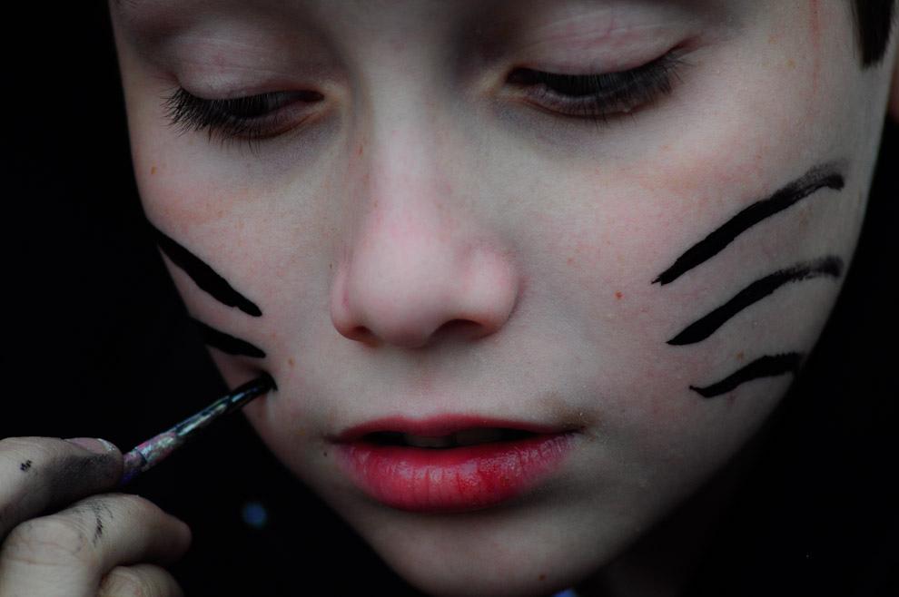 """Un niño se deja pintar el rostro con lineas negras, lo que sería como bigotes de gato, durante un evento de Manga Animé Cosplay Karaoke llevado a cabo el 2 de Octubre en el complejo """"Textilia"""" de Asunción. (Elton Núñez - Asunción, Paraguay)"""