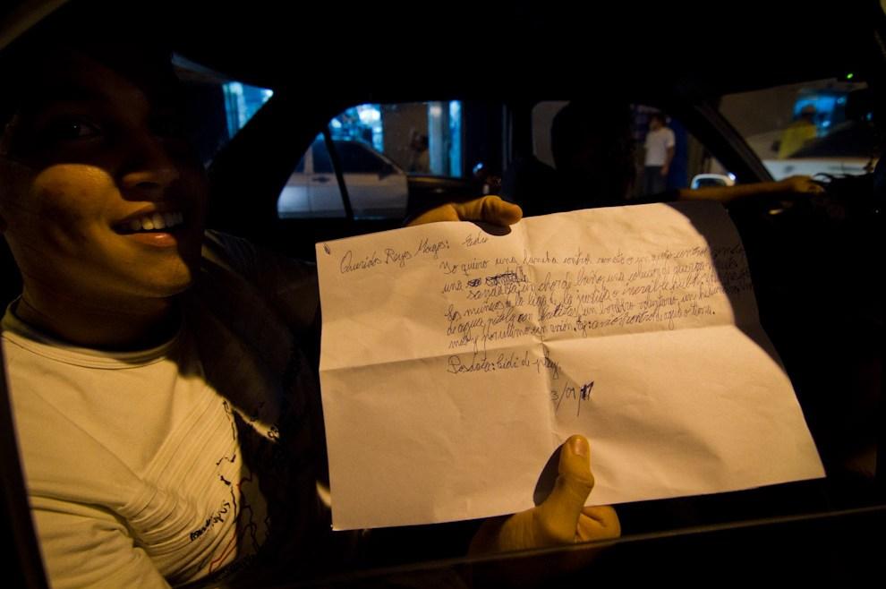 Queridos Reyes Magos, rezaba una carta escrita por un niño, pidiendo los juguetes que mas le gustaban, en la víspera del día de Reyes, en las inmediaciones del Mercado 4. (Tetsu Espósito - Asunción, Paraguay)