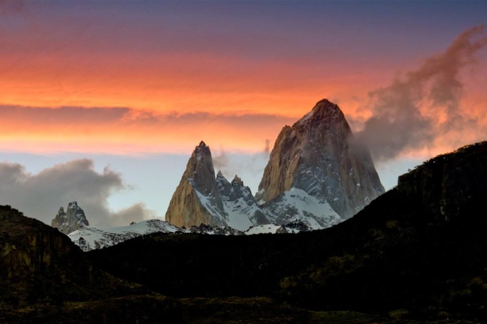 """Una de nuestras primeras entregas con nuestros amigos y colegas Roberdo Dam y Guillermo Morales como fotógrafos invitados fue en marzo del 2011 con la Patagonia Argentina. El amanecer ilumina al Fizt Roy también conocido como Cerro Chalten (""""la montaña humeante"""" en lengua Tehuelche) , la vista más icónica de la región y símbolo de la ciudad del Chalten. (Roberto Dam - Patagonia, Argentina)"""