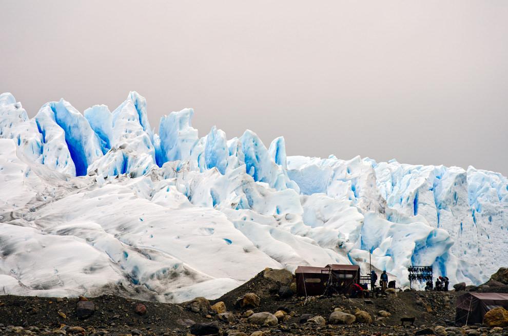 En la margen izquierda del glaciar, se ubica el campamento desde donde se inician los recorridos de trekking sobre el glaciar, con equipamiento especial e itinerarios que van de 1.5 a 5 horas.(Roberto Dam - Patagonia, Argentina)