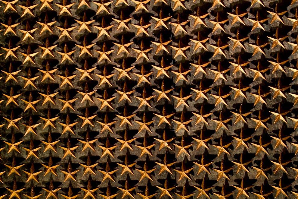 La Pared de la Libertad o Freedom Wall se encuentra ubicada en el Memorial de la Segunda Guerra Mundial, con la vista de la Piscina y el Monumento a Lincoln de fondo. La Pared tiene 4,048 estrellas de oro, cada una representando a 100 americanos que murieron en la guerra. Frente a esta pared una inscripción reza -Aquí marcamos el precio de la libertad-. (Tetsu Espósito - Washington, Estados Unidos)