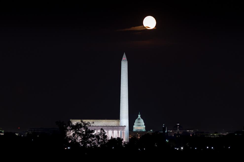 Una toma desde el Cementerio de Arlington nos permite observar a los tres iconos más importantes del National Mall, el Lincoln Memorial, el Washington Memorial y el Capitolio en el fondo, con la luna llena iluminando el cielo de la ciudad. (Tetsu Espósito - Washington, Estados Unidos)