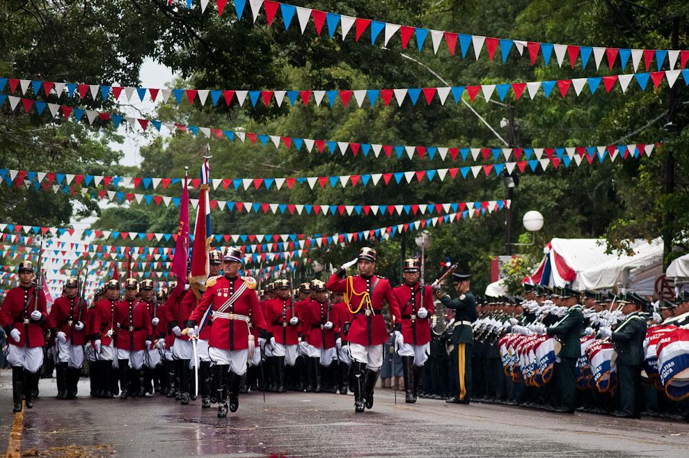 El Regimiento Aca Verá, más conocido como Regimiento Escolta Presidencial, saluda a los Presidentes cuando pasa frente al Palco principal durante el desfile militar llevado a cabo sobre la Avda. Mariscal López durante los festejos por el Bicentenario del Paraguay. (Elton Núñez)