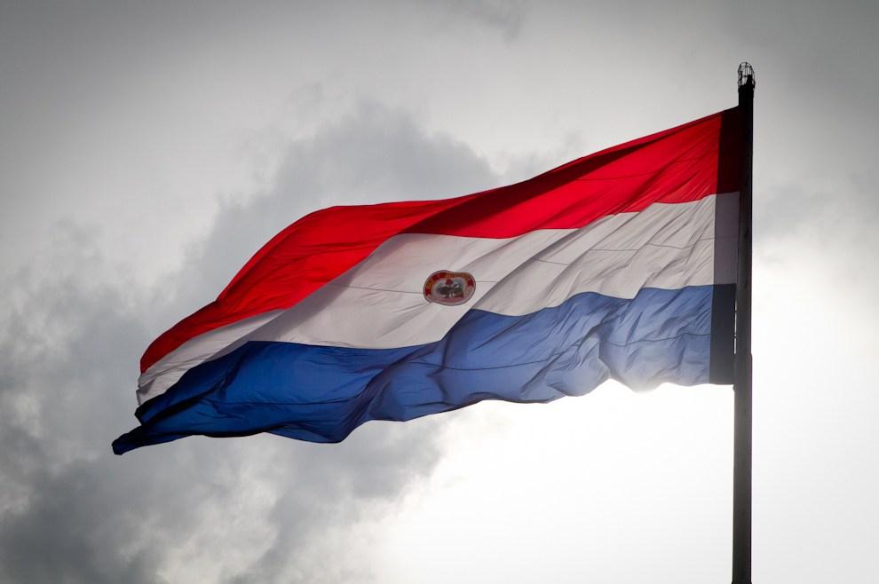 Nuestra hermosa bandera paraguaya flamea imponente en la mañana del 14 de Mayo durante las primeras horas de los festejos por el Bicentenario, en la cumbre del Mástil principal del Palacio de Gobierno. (Tetsu Espósito - Asunción, Paraguay)