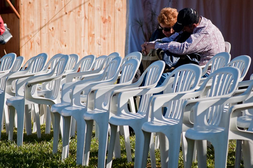 """Una pareja duerme sentada durante la preparación del desfile de estudiantes como acto inaugural del Festival """"Ovechá Ragué"""" el pasado sábado 11 de Junio del 2011 en la ciudad de San Miguel, departamento de Misiones. La pareja, así como muchos asuncenos, se presentó muy temprano en la mañana dado que el desfile comenzó a las 12:00 hs, quedó mucho tiempo para aprovechar y continuar durmiendo. (Elton Núñez)"""