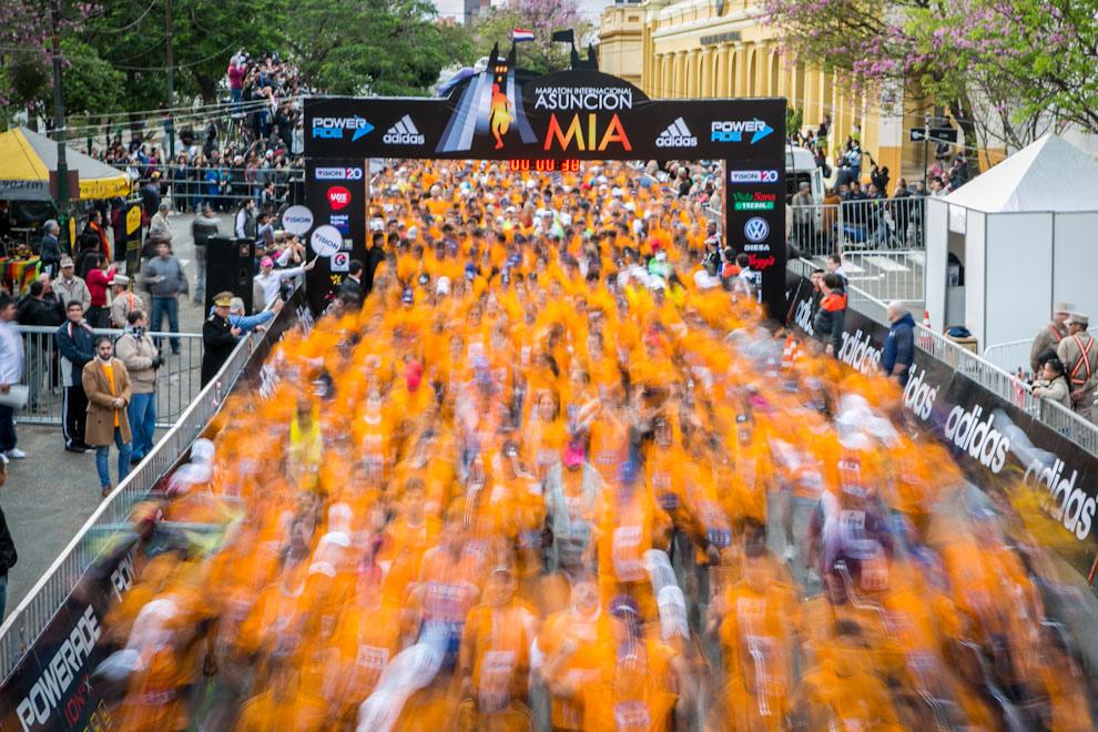 En la Maratón Internacional de Asunción del año 2012 Más de 2500 corredores inician una intensa carrera en las distintas categorías de la Maratón Internacional de Asunción, evento que cada año atrae más adeptos, tanto nacionales como internacionales. (Tetsu Espósito)