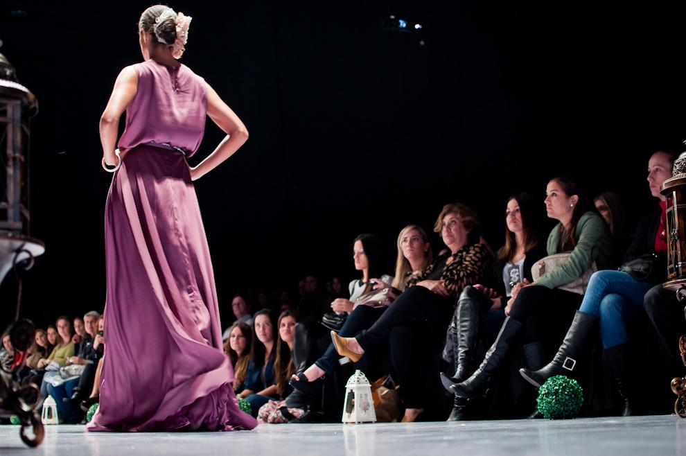 Una modelo camina por la pasarela mostrando un vestido, el público atento a los detalles y el diseño de las nuevas propuestas de otoño. (Elton Núñez)