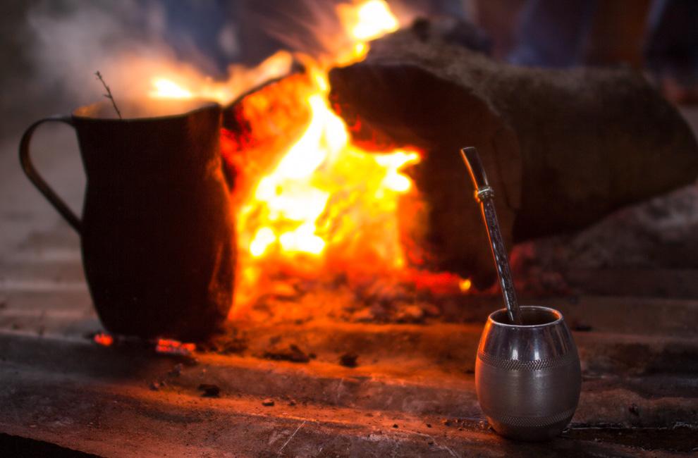 Un mate caliente es el mejor amigo en los días de frío, en este caso cerca de un tronco en llamas que aparte de ayudar a entrar en calor tambíen calienta el agua. (Tetsu Espósito)