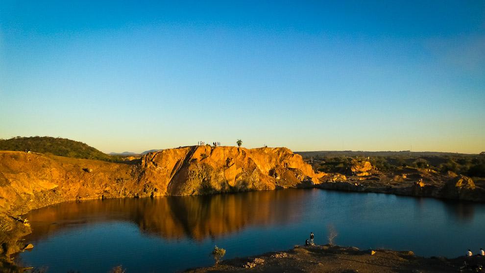 La vista del atardecer desde la cima de un remanente cerro en Pirayu, donde funcionaba una cantera, hoy día, abandonado, sirve como atractivo turístico (Elton Núñez).