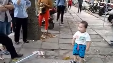 Chinese toddler defends his grandma with a pipe