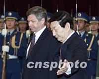 En enero de 2002 también se reunió con el Primer Ministro de China, Zhu Rongji.