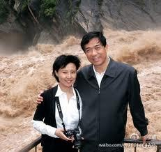 Bo Xilai y su mujer Gu Kailai, en tiempos más felices y menos revueltos.