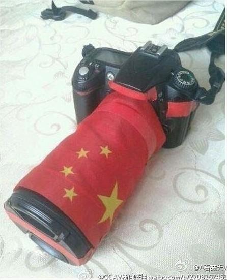 Un fotógrafo protege de esta forma su cámara de la marca japonesa Nikon.