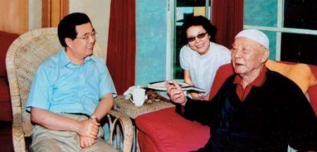 Hu Jintao se reúne en Beidaihe con Lü Zhengcao, uno de los primeros generales del Ejército de Liberación Popular. Agosto de 2005.