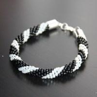 Kolejna odsłona bransoletki z sznura szydełkowo - koralikowego tym razem w kolorze czerni i bieli