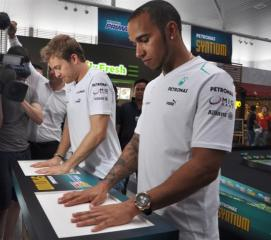 PDB IMG 5 Nico Rosberg (Left) and Lewis Hamilton leaving their hand prints at PETRONAS Twin Stations