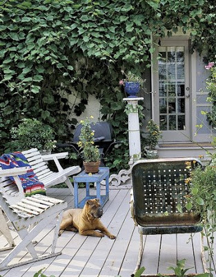 Porch-White-Chairs-Sharpei-HTOURS0706-de1